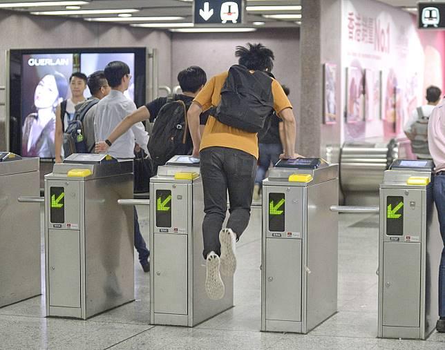 港鐵近月不時有人跳閘。資料圖片