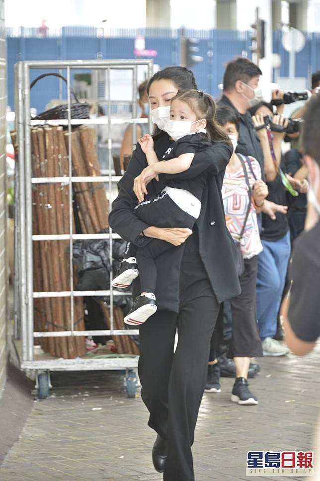 何猷啟太太Gigi抱住大女Tittania到場。