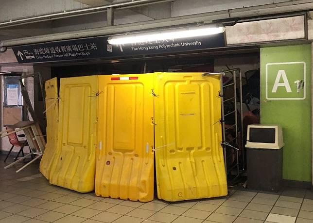 示威者用水馬堵塞東鐵紅磡站A1出口。