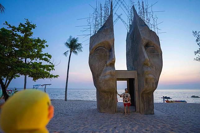 這個人頭雕塑單看已經夠特別,如果加上咸蛋黃更加是不得了。