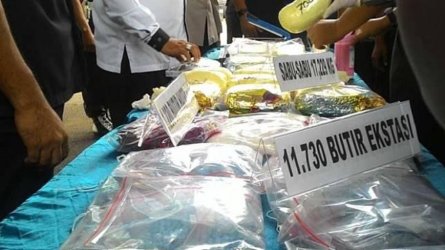 Pesta Sabu Dua Wanita Cantik Ditangkap Polisi