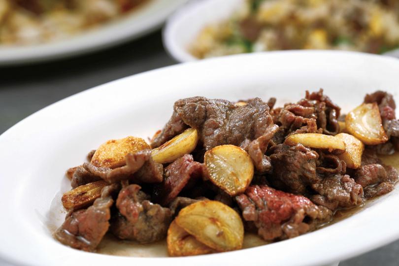 一吃就無法停止的「蒜香牛肉」,再次應證大蒜與牛肉是絕妙組合。(150元)(圖/于魯光攝)
