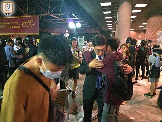 中學校長柳子權到場與學生擁抱。(林嘉諾攝)