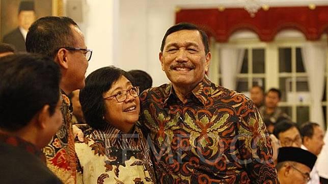 Menko Maritim Luhut Binsar Panjaitan (kanan) berbincang dengan Menteri Lingkungan Hidup dan Kehutanan Siti Nurbaya saat menghadiri Presidential Lecture Internalisasi dan Pembumian Pancasila di Istana Negara, Jakarta, Selasa, 3 Desember 2019. TEMPO/Nurdiansah