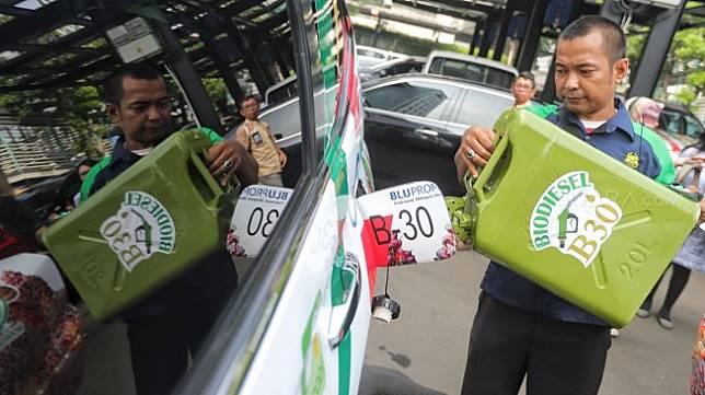 Petugas menuang bahan bakar Biodisel 30 saat launching road test penggunaan B30 di gedung KESDM, Jakarta, Kamis (13/6). [Suara.com/Muhaimin A Untung]