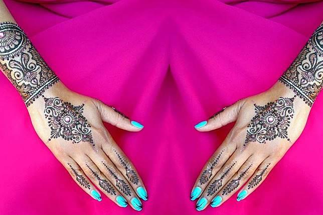 Super Bersinar 5 Inspirasi Glitter Henna Ini Bikin Kamu