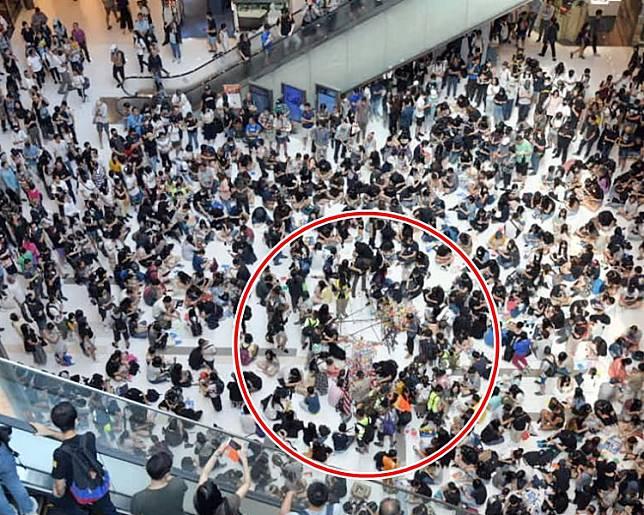 示威者在新城市廣場中庭放置鳥狀支架(紅圈示)。