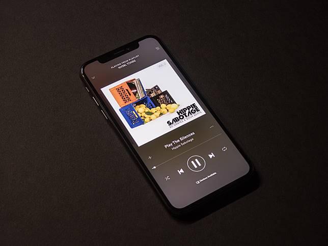 ▲地鐵上一名男子用聽診器聽音樂的過程,被錄影發到推特上,引發討論。(示意圖/與文中情景無關,取自 Unsplash )