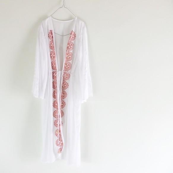 這是isica有機的衣服線。 在巴利,已經生產的衣服工藝品,如手工印刷/植物染色/刺繡。 輕薄柔軟的棉的長款開衫。 現在向夏天穿著好材料之一,舒適的佩戴和綁架。 到手工印刷已經經受套筒拼縫銷掖是手