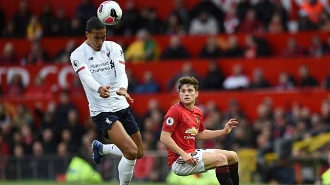 Bek Liverpool, Virgil van Dijk (kiri) tampil pada laga Liga Inggris 2019/2020 kontra Manchester United di Old Trafford, Manchester, Minggu (20/10/2019) malam WIB. [Oli SCARFF / AFP]
