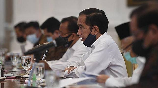 President Joko Widodo (Jokowi) presides over a cabinet meeting on the COVID-19 management at the State Palace in Jakarta, Monday, June 29, 2020. ANTARA/Akbar Nugroho Gumay