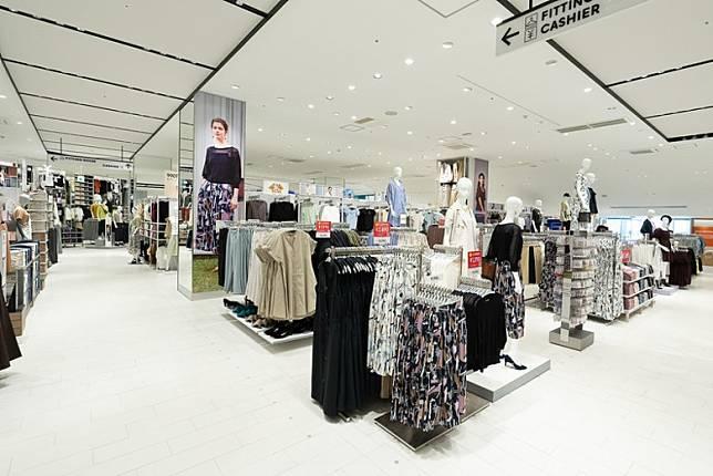 2樓GU店嘅布置特色係以大張吊圖作服裝展示。(互聯網)