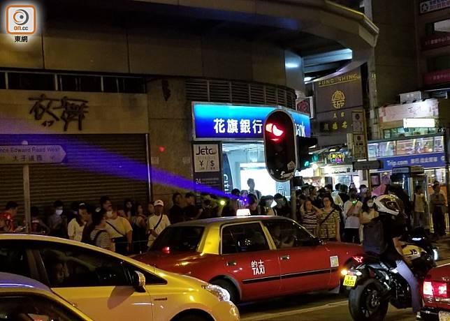 有示威者向旺角警署方向照雷射筆。(蘇偉明攝)