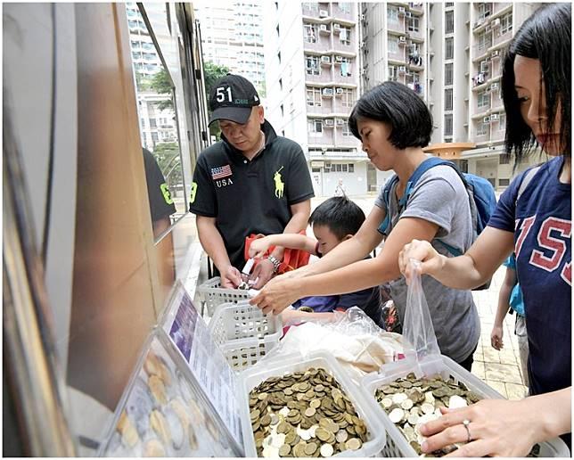 收銀車提供免費服務,讓市民把硬幣換作鈔票,當局亦可藉此節省鑄幣費用。