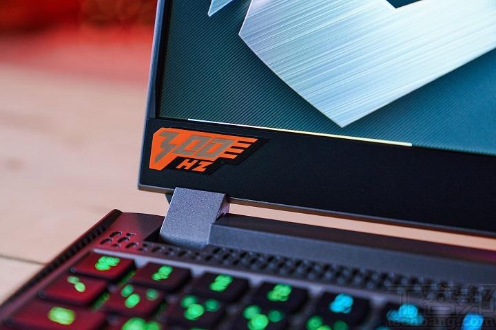 此款 AORUS 15G 螢幕具備 300Hz 更新率,在射擊遊戲中可以提供更穩定的遊戲畫面,於螢幕左下方可見 300Hz 的貼紙。 ▲ 當然, 此款 AORUS 15G 面板也通過 X-Rite Pantone 校色認證,螢幕右下方可見 300Hz 的貼紙。