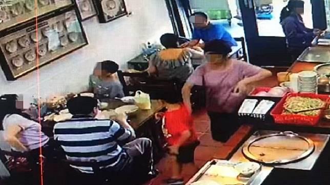 男童離開座位後在走道上逗留,店家表示擔心他被熱湯燙傷才會順手擋了一下。圖/翻攝台南森茂碗粿臉書