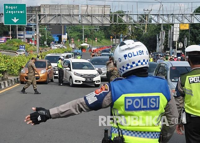 Petugas gabungan menjaga kendaraan di check point (ilustrasi).