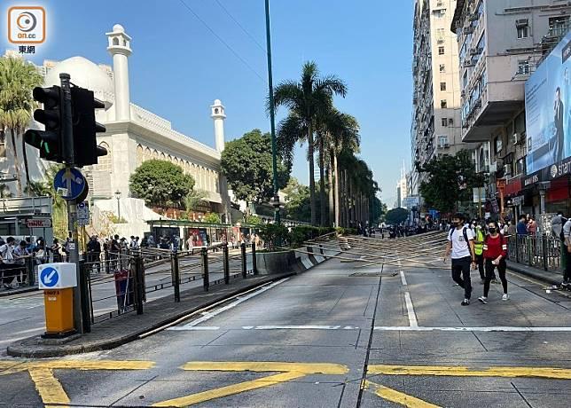 示威者堵塞尖沙咀清真寺對開彌敦道來回行車線。(曾志恒攝)