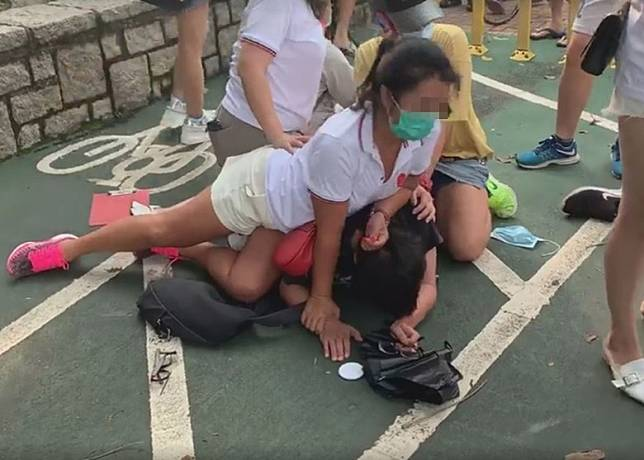 片段所見,1名男子被3女1男壓在地上。