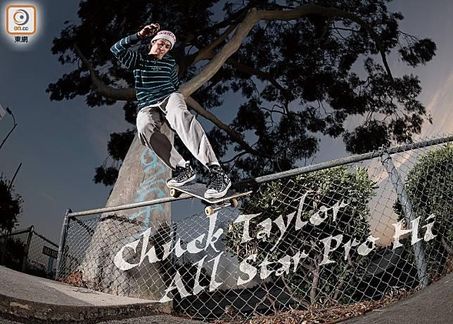 你睇Sean Pablo着住對Chuck Taylor All Star Pro Hi玩滑板花式都絕無問題,絕對唔係得個樣,真係可以着踩板。(互聯網)