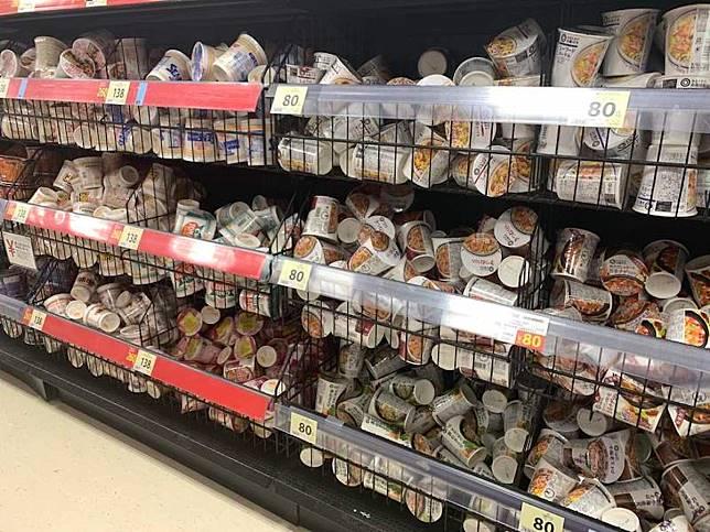 ▲超市泡麵竟然隨便亂放?百貨解釋「隱藏好處」。(圖/翻攝自推特)