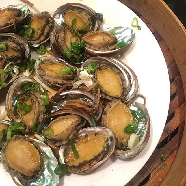 蜆貝類,尤其係新鮮生猛款式,最佳烹調方法離不開蒸,而果皮蒸九孔鮑可以話係廣東人常用食譜,為鮑魚添加鮮香滋味。(互聯網)