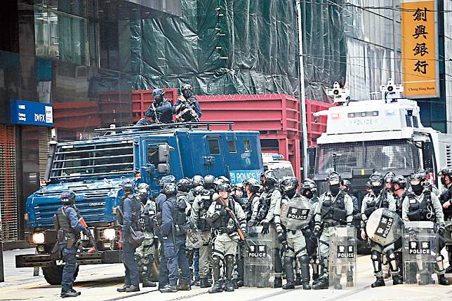 警方出動水炮車及裝甲車戒備。
