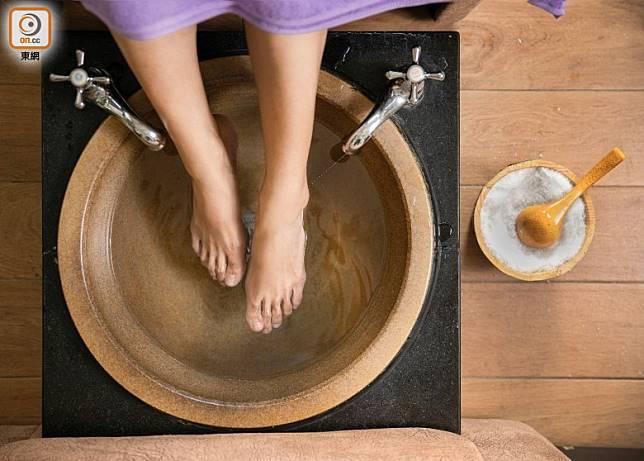 晚上睡前用溫水加兩片生薑泡腳,都是養生之道。(互聯網)