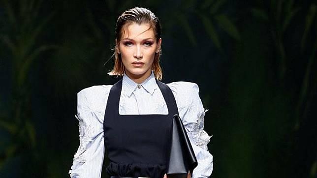 Bella Hadid berjalan diatas catwalk saat memperagakan busana musim semi/panas 2020 Versace dalam acara Milan Fashion Week, Milan, 20 September 2019. REUTERS/Alessandro Garofalo