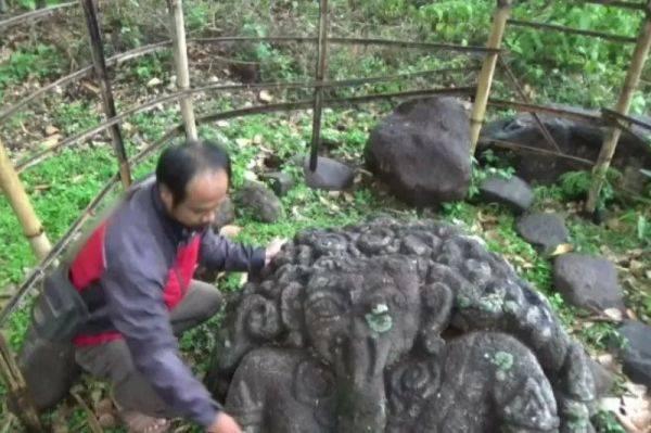 Warga sedang melihat temuan arca Ganesa di Desa Bangsri, Kecamatan Ngariboyo, Kabupaten Magetan, Jatim.