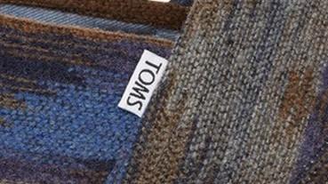 穿在腳上的披肩!TOMS暖男貼心雙選擇,絨毛披肩款讓你穿在腳底,暖在心裡~
