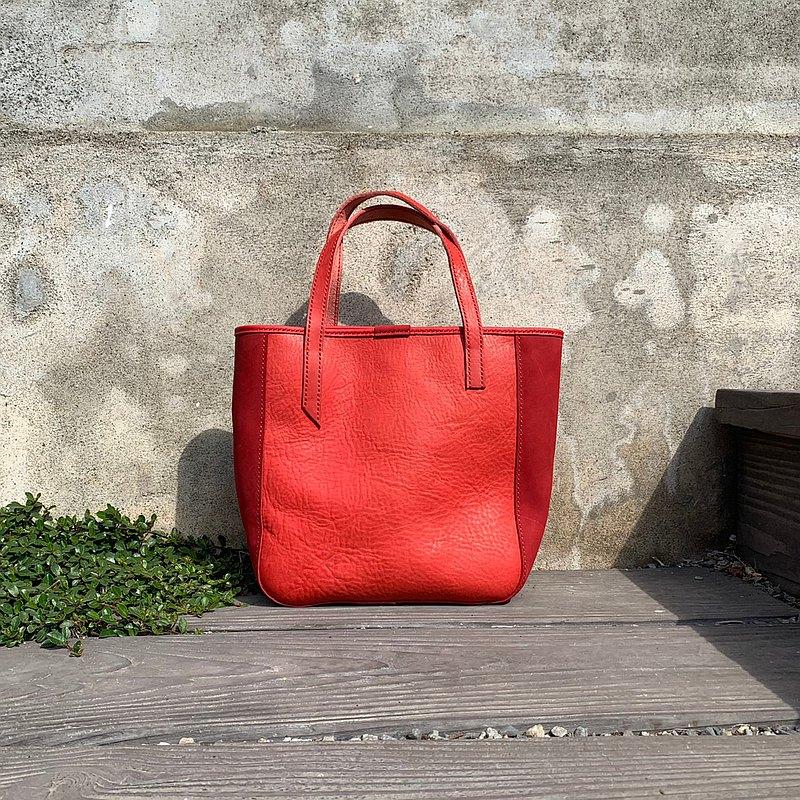 這款托特包,正面選用紅色美洲多脂軟植鞣牛皮,側邊搭配深紅色進口牛皮,雙色搭配成這款托特包,內裡選用一樣喜氣的紅色客家花布,並有可置放小物的口袋,不喜歡包包長得太單調,兩面的提把長度略有不同,讓這款包增