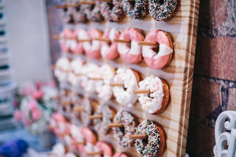 全台唯一可客製並提供甜甜圈牆給新人的服務喔! 賓主盡歡的甜甜圈candy bar ,不管大人小孩都超喜歡的,也帶給新人一個難忘的婚禮。
