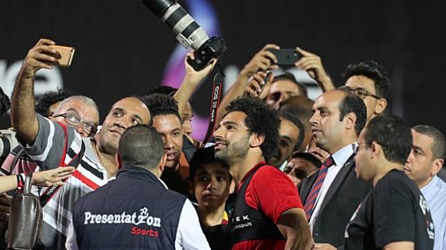 Rangkulan Suporter Bikin Mohamed Salah Terganggu