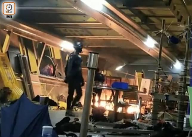 有示威者在理大天橋放火。(林嘉諾攝)