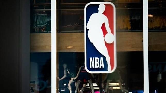 Ilustrasi logo NBA di NBA store di New York City. Jeenah Moon / GETTY IMAGES NORTH AMERICA / AFP