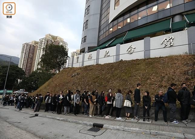 一批市民在寶福紀念館外排隊。(胡家豪攝)
