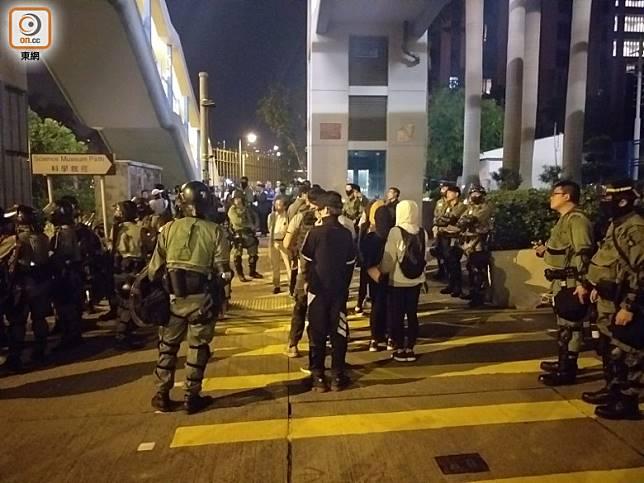 有學生步出理大,排隊接受警方登記。(郭垂垂攝)