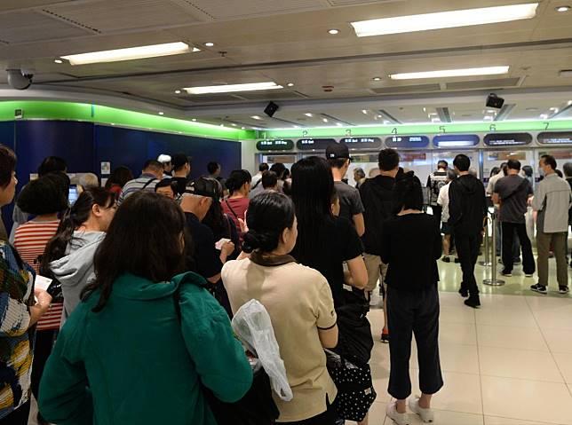 大批市民到各區投注站冒雨投注。