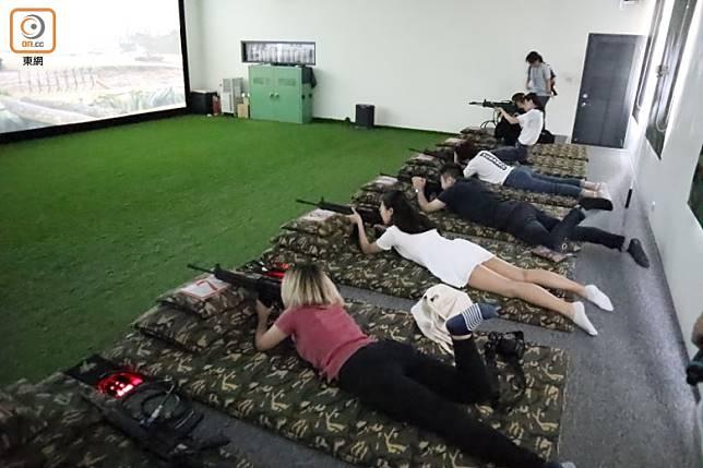 我們在寬闊的屏幕前一字排開,採取最省力的臥射姿勢射擊。(劉達衡攝)