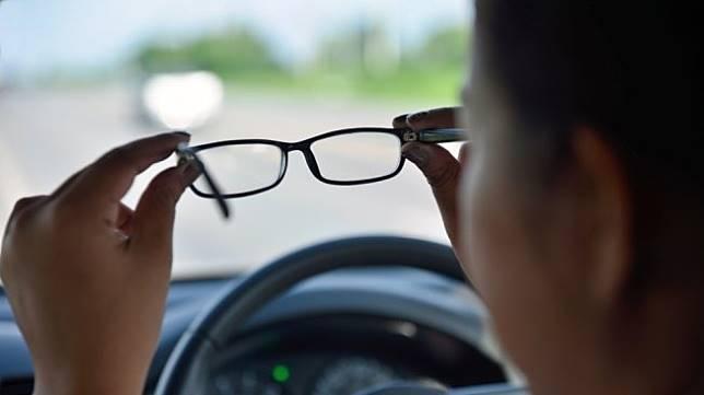 Ilustrasi mata minus dan silinder tanpa operasi. [Shutterstock].