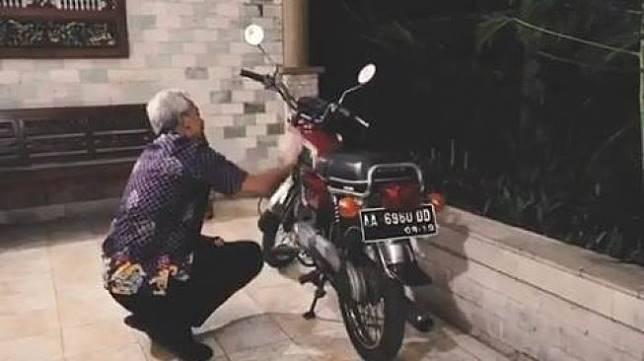 Ganjar Pranowo Mengelap Motor Diiringi Lagu Mundur Alon-Alon. (Instagram/ganjar_pranowo)