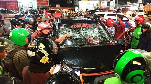 Massa merusak mobil sopir yang menabrak puluhan pemotor di Makassar. [Kabarmakassar]