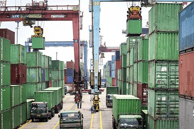 Trucks and containers are seen at a terminal at Tanjung Priok Port in North Jakarta on Wednesday. PT Indonesia Kendaraan Terminal (IPCC), a subsidiary of state-owned port operator PT Pelabuhan Indonesia II (Pelindo II) wants to bid to operate the Patimban Port now under construction in Subang, West Java.