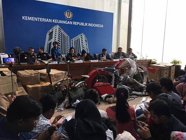Finance Minister Sri Mulyani Indrawati (center) and State-owned Enterprises Minister Erick Thohir hold a press conference on the Garuda Indonesia smuggling case in Jakarta on Dec. 5.