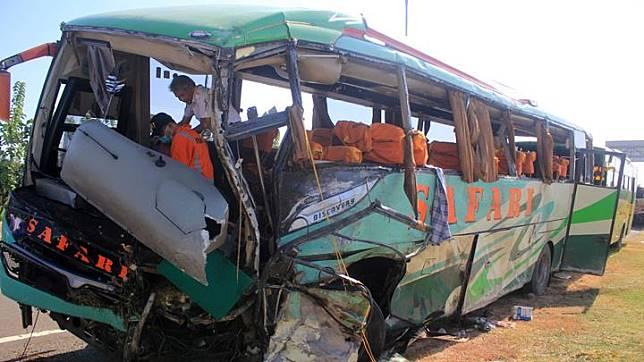 Petugas Komite Nasional Keselamatan Transportasi (KNKT) melakukan identifikasi bus Safari Lux Salatiga yang mengalami kecelakaan di tol Cipali KM 151, Majalengka, Jawa Barat, Senin 17 Juni 2019. Dalam kecelakaan yang melibatkan 4 kendaraan tersebut menyebabkan sedikitnya 12 orang meninggal dunia dan 45 orang menderita luka-luka. ANTARA FOTO/Dedhez Anggara