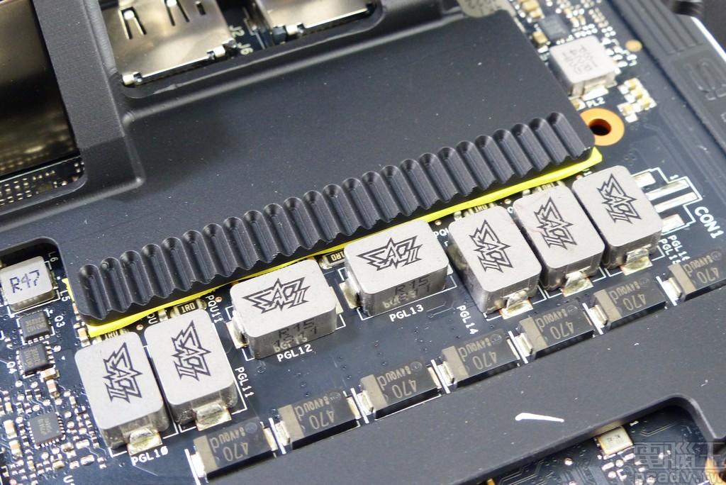 金屬強化框架避免下垂,Asus ROG-STRIX-RTX2080TI-O11G-GAMING 雙風扇模式登場