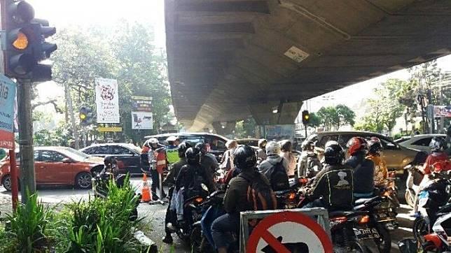 Suasana kepadatan volume kendaraan di simpang Jalan Cipaganti, dampak dari pemberlakuan uji coba rekayasa pengalihan arus lalu lintas satu jalur di Kawasan Jalan Sukajadi, Cipaganti, dan dr. Setiabudi pada hari pertama. Kamis (11/7/2019)