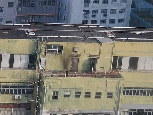 警方在天台引爆懷疑爆炸品後,天台牆壁被熏黑。