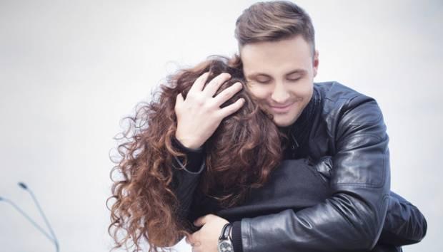 Ilustrasi pria memeluk wanita. shutterstock.com